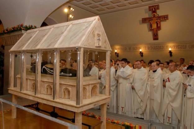 Thánh Piô 5 dấu tại Ý nguyên vẹn xác